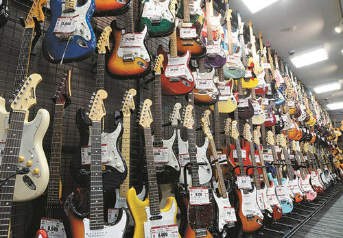 売場にはギターを始め、管・鍵盤・民族楽器など揃う