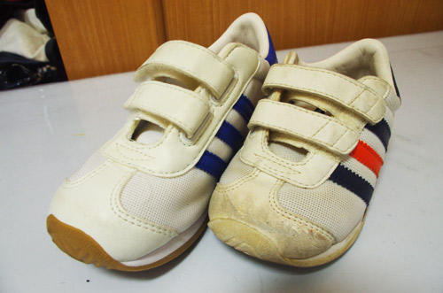 汚れた靴(右)でも、同店の技術で綺麗になる(左)