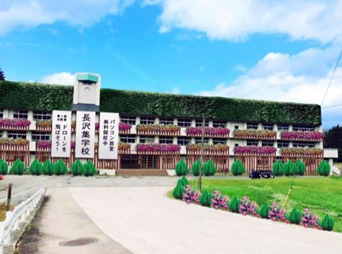 )134年の歴史を持つ長沢小学校。原型のまま集学校として活用する。