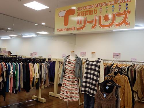 デパートの中の大型店に状態の良い古着が並ぶ