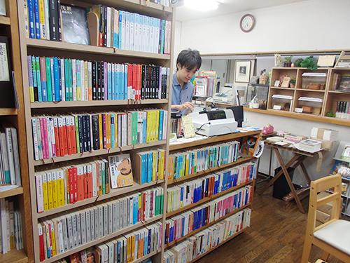 出版社の一角で古書を販売する