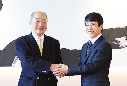 M&A成立で握手を交わすグローバルトレードの牟田成会長とコレクションシバの柴政勝社長