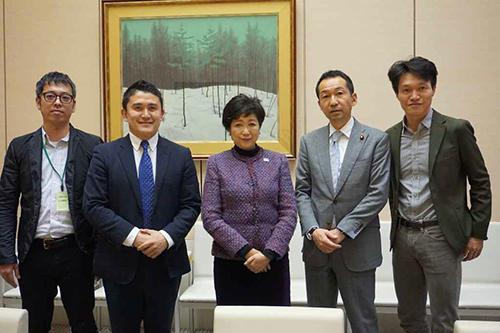 小池百合子都知事(中央)と代表理事の上田祐司氏(右)と重松大輔氏(中央左)