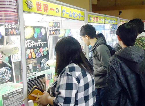 東洋が運営するクレーンゲーム店には宝石キャッチャー目当てに多くの人が集まる