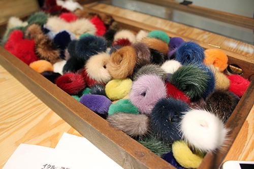 毛皮を使い切るため指輪も製作。ほとんどがミンクで、2500円で販売している