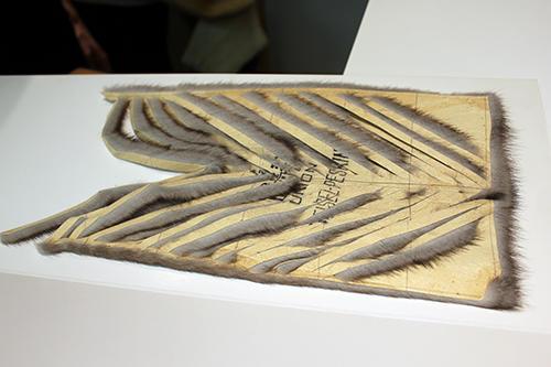 ミンクなどの丈夫な毛皮は、斜めにカットしてテープ状にしたものをズラしながら縫い繋ぐことで、長いパーツを作ることができる