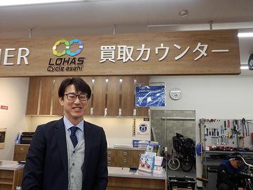 買取カウンターと岩井勝幸マネージャー