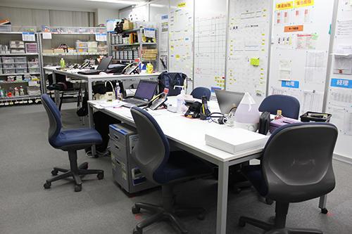机の位置やゴミ箱の位置はすべてテープで定位置がマークしてある