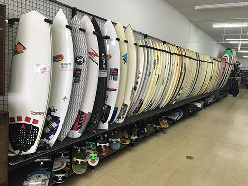 サーフボードが並ぶ売り場