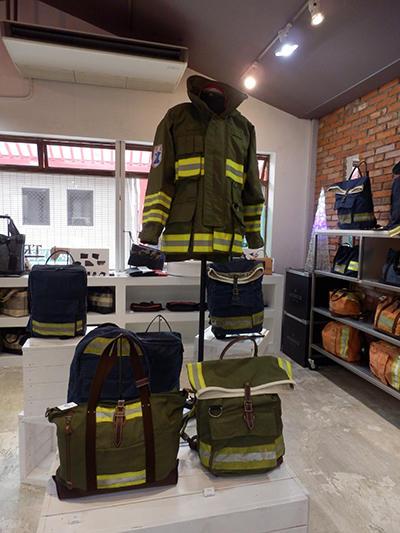 消防服を素材にバッグを製作