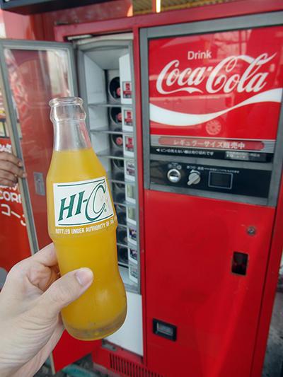 瓶ジュースの自販機は栓抜きも完備する