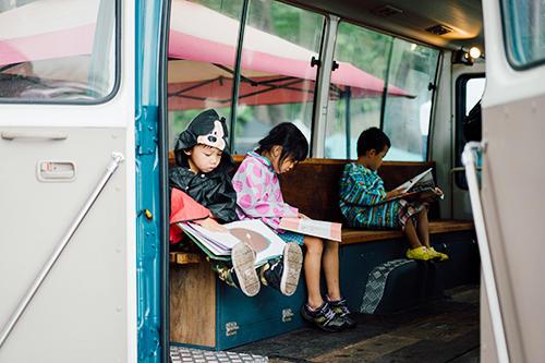 子どもたちもゆっくり座りながら絵本に夢中になっている