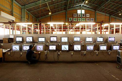 テレビ、電子レンジ、カーテンなどの機能チェックや洗浄などを行ない再生している
