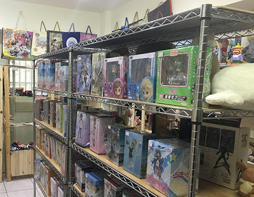 日本のフィギュアが並ぶ店内