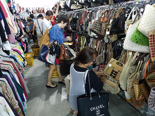 狙い通り家族連れのお客が日本の中古品の買い物を楽しんだ