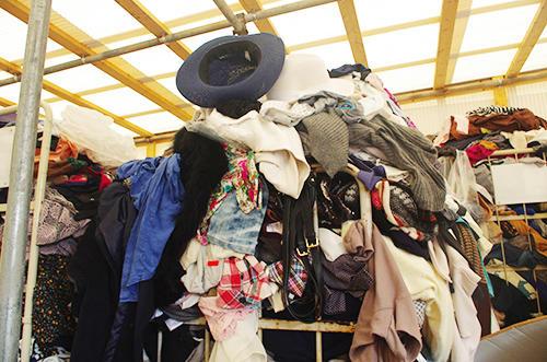 1日に大量の古着と新古衣料が集まる