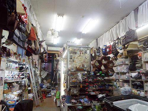 約15坪の店内に生活雑貨等を所狭しと置いている