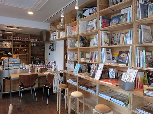 リンゴの木箱を積み上げて作った棚に食に関する様々な本が並んでいる
