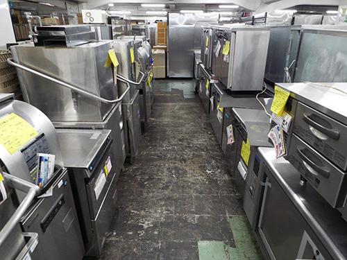 テンポス新宿店の売り場に並んだ食器洗浄機、熱調理器など
