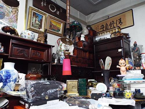 壷や絵画等が置いてある店内