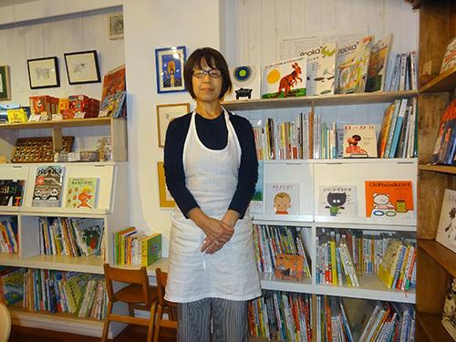 中川ひろたかさんの絵本とCDが揃う店内