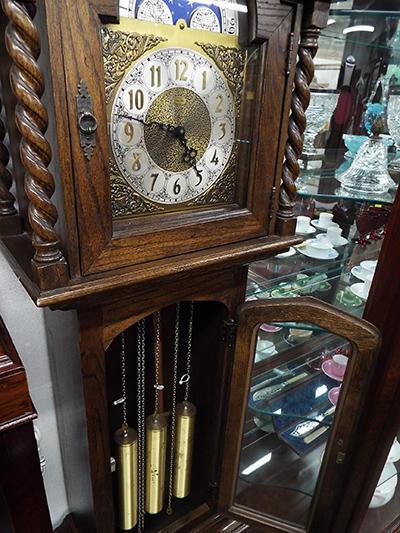 店内にある分銅式の置時計