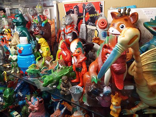店内に並ぶソフトビニール人形