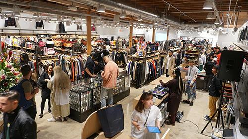 75坪の売り場に衣料品やバッグなどを展開