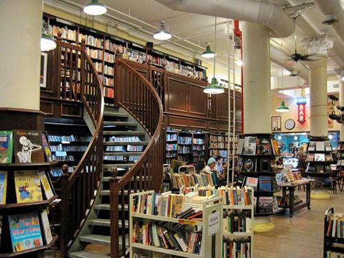 吹き抜けの店内には木製の螺旋階段、奥にはバーもある