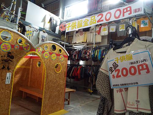子供服の売場。子供用の待合スペースもある