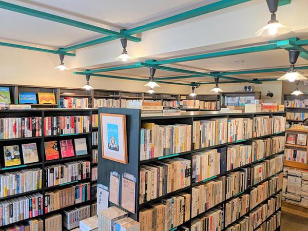 店内は本がカラフルに並ぶ