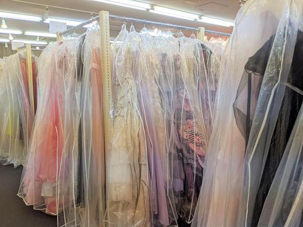 所狭しとドレスの並ぶ店内