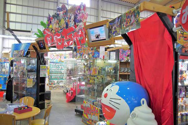 おもちゃコーナーはキャラクターを集めたポップを目立たせる