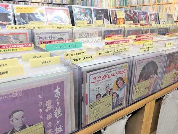 戦後~昭和世代が懐かしむレコードを陳列