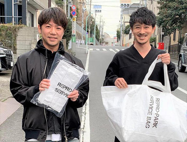 大西永修社長右:永福啓太ディレクター同社のオリジナルバッグを持つ