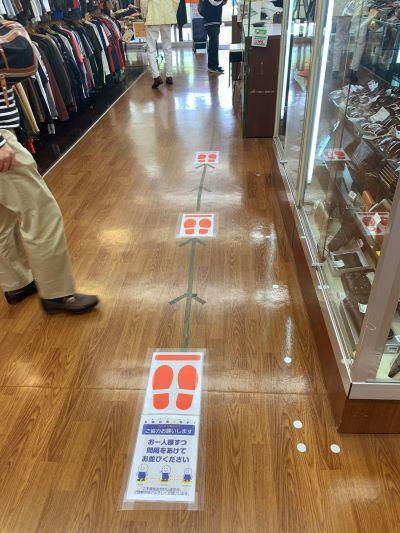 レジ前の足跡サイン。お客が間隔をあけて並べるように、わかりやすくフットステップのマークで示した