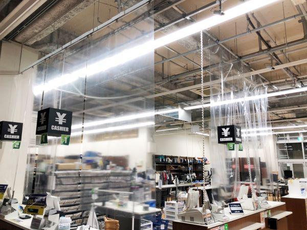 飛沫感染防止フィルムを設置したレジカウンター。こちらも買取カウンターと同じく、天井からフィルムを吊るしている