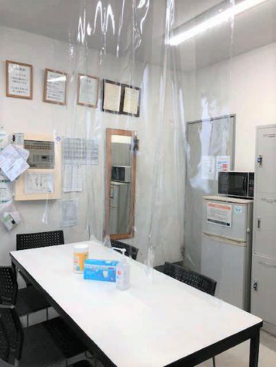 スタッフルームにも飛沫感染防止フィルムを設置