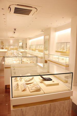 地下1階のジュエリーのフロア。ショーケースの中央にスタッフが入るスタイルにはせず、その分、商品を多く陳列している