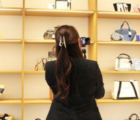 6月5日のオープン以前に、非対面型のオンライン接客を導入。一部の顧客を対象に、スマホのカメラで店内を写し、スタッフはお客の顔を見ながら案内していた。一足先に内覧してもらうことで、来店のきっかけにつなげていた