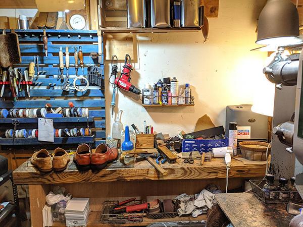 3畳ほどの作業場に工具が並ぶ