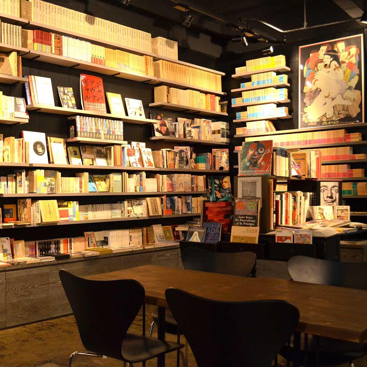 近現代日本文学や海外翻訳文学などが置かれる