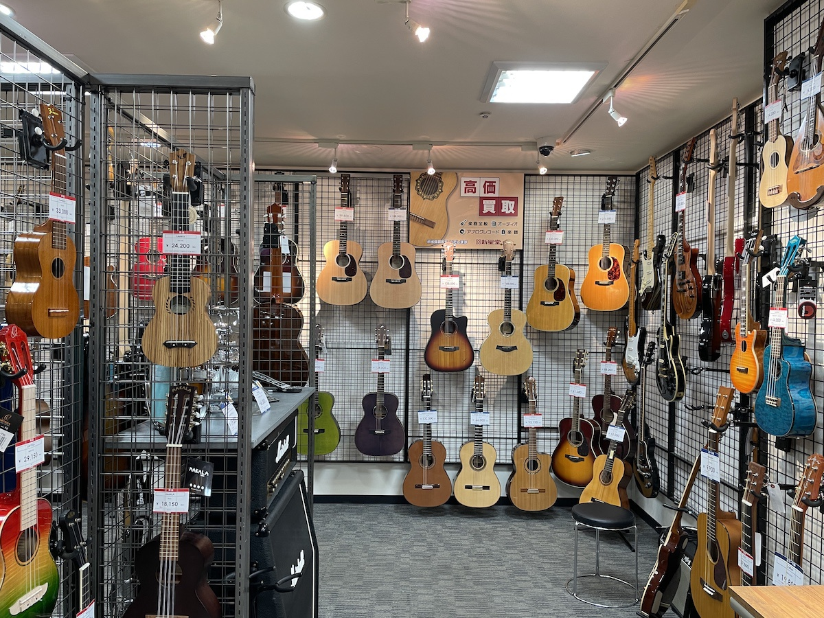 新星堂の店頭には数千円〜20万円程度のギターが中心に並ぶ.jpeg