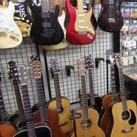 プラグ、安いギター格好悪い!?挫折の若者が高価品持込