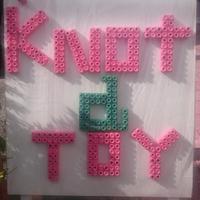 《あなたの看板は?》 KNot aTOY、プラスチックおもちゃでアピール
