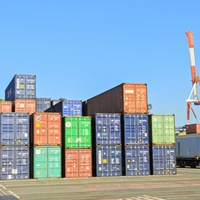 アジアに回らぬコンテナ、海運高騰で中古品輸出に影響