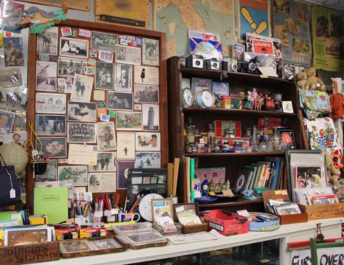 ポストカードコーナーの左に文房具、といったように関連性があるものを並べて陳列していえる