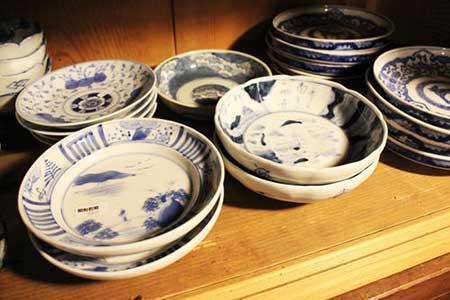 藍染の食器もお手頃な値段で並んでいる