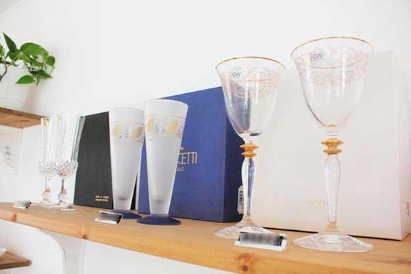 ガラスの酒器や食器を積極的に陳列