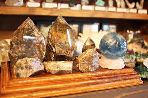 分館の鉱石を陳列しているコーナー